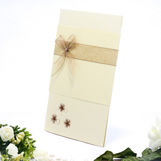Invitatie de nunta eleganta cu floricele cu pitricele maro si fundita 107015 TBZ