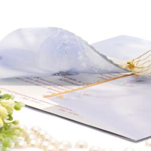 Invitatie de nunta cu calc albastru si floricele aurii 125048 TBZ