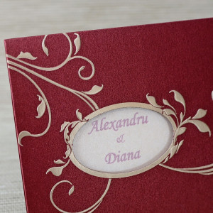 Invitatie de nunta visinie cu model auriu si frunzulite 20861 Polen