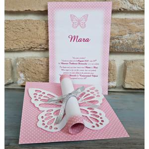 Invitatie de botez eleganta pentru fetite compusa dintr-un carton patrat roz cu buline albe de care se ataseaza cu ajutorul unei panglici un fluturas frumos decupat si hartia rulata pe care e tiparit textul invitatiei.
