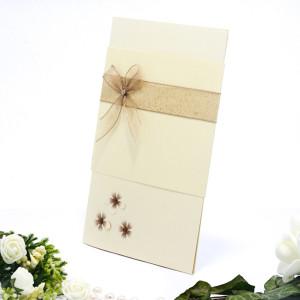 Invitatie de nunta eleganta cu floricele cu pietricele maro si fundita 107015 TBZ