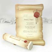 Invitatie tip papirus, confectionata din hartie lucioasa care se introduce intr-o cutie hexagonala din carton lucios.